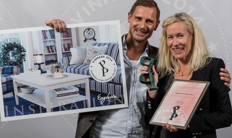Mattias Wolf från Strokirk-Landströms tog emot priset för bästa reklamtrycksak tillsammans med Ulrika Nabel från uppdragsgivaren Englessons. (Foto Fredrik Stehn)