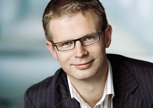 Benny Engelbrecht är finansminister och antyder att han vill riva upp beslutet om reklamskatt i Danmark (Socialdemokraterne/Torsten Graae. CC-BY-3.0 via Wikimedia)