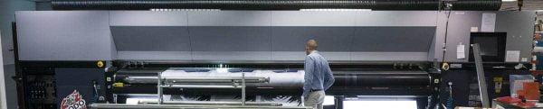 Produktionsutrustningen är omfattande –här trycker man stora format på både papper och tyg.