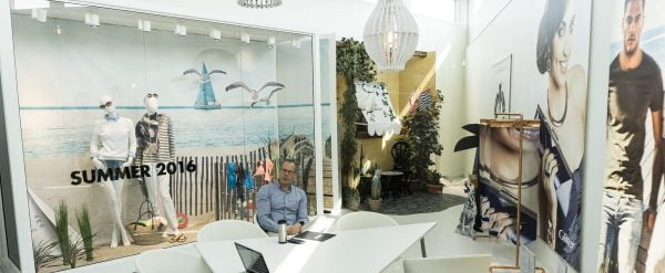 Det ljusa showroomet är nybyggt –här träffar man kunder – som ibland lånar det för fotograferingar.