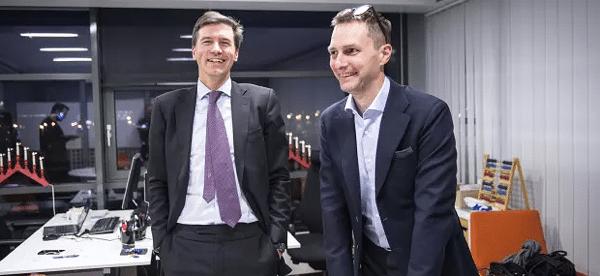 Fabian Hielte från Ernström & C:o som nu äger drygt 13 procent av Stampen. Till höger Stampens koncernchef Martin Alsander. (Bild: Stampen)