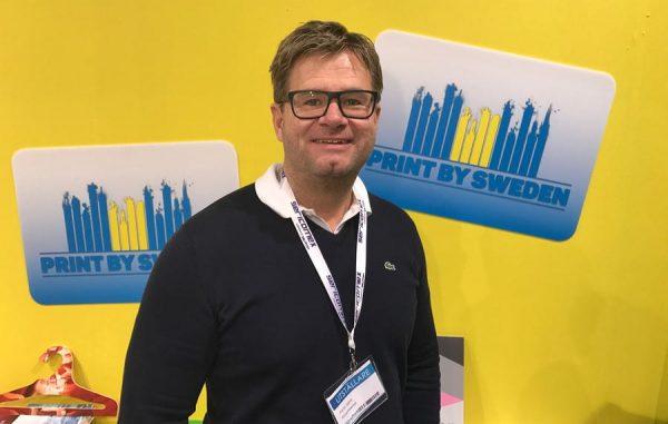 Parrik Sjölin från Kuvertteamet visade upp konceptet Print bya Sweden på mässan Sign & Print i februari.
